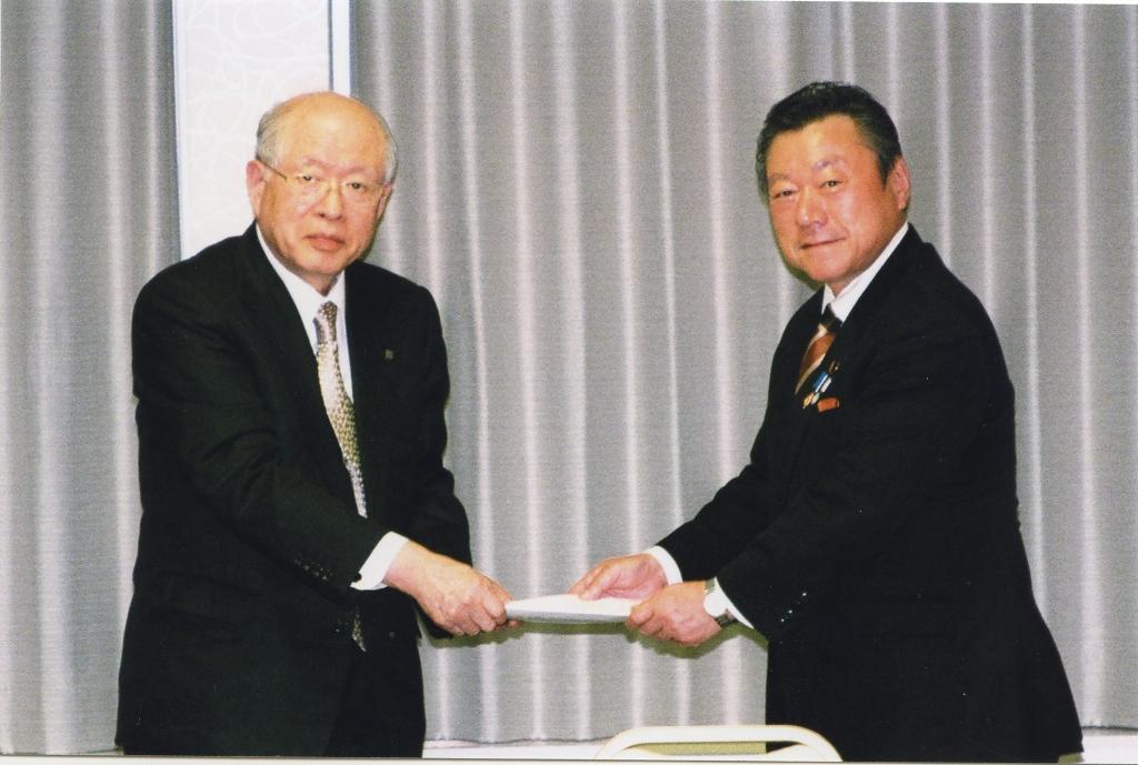 櫻田文部科学副大臣に建議を手交する野依会長